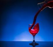 Vino rojo de cristal del chapoteo Imagen de archivo libre de regalías