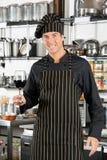 Vino rojo de Holding Glass Of del cocinero feliz Foto de archivo