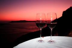 Vino rojo del gusto delante del Santorini Imagen de archivo libre de regalías