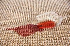 Vino rojo derramado Imagenes de archivo