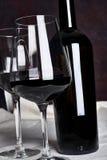 Vino rojo en botella Foto de archivo