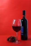 Vino rojo en fondo rojo Foto de archivo