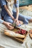 Vino rojo, frutas, queso y prosciutto Cena romántica al aire libre para los pares del amor fotografía de archivo
