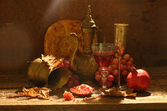 Vino rojo, granada jugosa, uvas dulces, torta plana y cobre Imagen de archivo