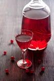 Vino rojo hecho en casa con las bayas de la pasa roja Foto de archivo libre de regalías