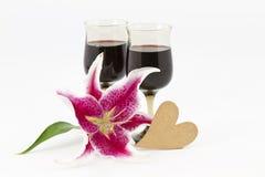Vino rojo, lirio, y corazón Foto de archivo