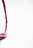 Vino rojo que es vertido Imagen de archivo