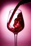 Vino rojo que es vertido Foto de archivo libre de regalías