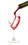 Vino rojo que vierte de una botella de vino Imágenes de archivo libres de regalías