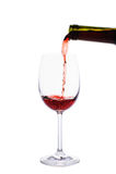 Vino rojo que vierte en la copa de vino Imagenes de archivo