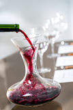 Vino rojo que vierte en la jarra en la degustación de vinos Imagenes de archivo