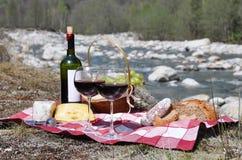 Vino rojo, queso y uvas Imágenes de archivo libres de regalías