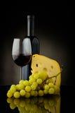 Vino rojo, queso y uvas Foto de archivo libre de regalías