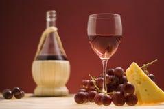 Vino rojo, uva, queso III Foto de archivo