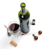 Vino rojo y accesorios para el vino de la caoba Imagen de archivo libre de regalías