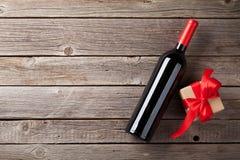 Vino rojo y caja de regalo imágenes de archivo libres de regalías