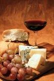 Vino rojo y queso Imagen de archivo libre de regalías