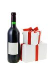 Vino rojo y rectángulos de regalo imágenes de archivo libres de regalías