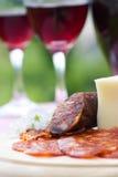 Vino rojo y salchicha con queso Foto de archivo libre de regalías