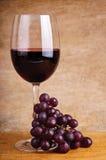 Vino rojo y uvas Foto de archivo