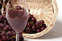 Vino rojo y uvas Imágenes de archivo libres de regalías
