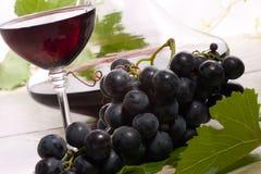 Vino rojo y uvas foto de archivo libre de regalías