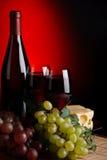 Vino rojo y uvas Imagenes de archivo