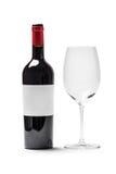 Vino rojo y vidrio de la botella Foto de archivo libre de regalías