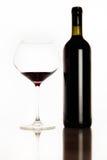 Vino rojo y vidrio de la botella Imagen de archivo