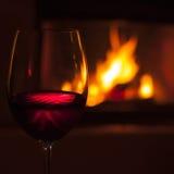 Vino rosso al camino 1 Fotografie Stock
