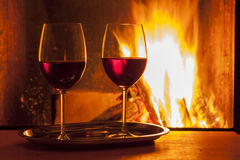 Vino rosso al camino Fotografie Stock