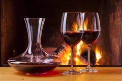 Vino rosso al camino con il decantatore Fotografia Stock Libera da Diritti