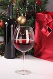 Vino rosso, albero di Natale e regalo Immagine Stock