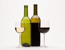 Vino rosso bianco ed in vetri isolati su bianco Fotografie Stock Libere da Diritti