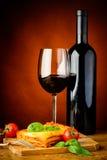 Vino rosso bolognese e delle lasagne al forno Fotografie Stock Libere da Diritti