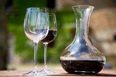 Vino rosso in caraffa del vino e vetri due di vino Fotografia Stock Libera da Diritti
