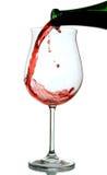Vino rosso che è versato in un vetro di vino Fotografie Stock Libere da Diritti