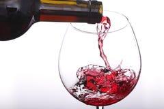 Vino rosso che versa giù da una bottiglia Fotografia Stock Libera da Diritti