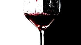 Vino rosso che versa nel vetro stock footage