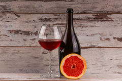 Vino rosso che versa nel vetro di vino, primo piano Fotografie Stock Libere da Diritti