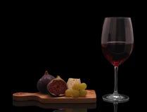 Vino rosso con formaggio, i fichi e l'uva Fotografie Stock