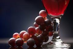 Vino rosso con l'uva Fotografia Stock