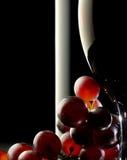 Vino rosso con l'uva immagini stock