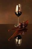 Vino rosso con l'uva Fotografie Stock
