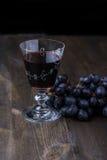 Vino rosso con l'uva dal lato fotografia stock libera da diritti
