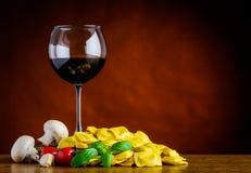 Vino rosso con la pasta dei ravioli sullo spazio della copia Fotografia Stock