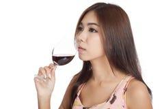 Vino rosso della bella bevanda asiatica della donna Immagine Stock Libera da Diritti