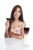Vino rosso della bella bevanda asiatica della donna Fotografie Stock Libere da Diritti