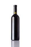 Vino rosso della bottiglia su fondo bianco Fotografia Stock Libera da Diritti