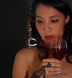 Vino rosso della donna Fotografie Stock Libere da Diritti